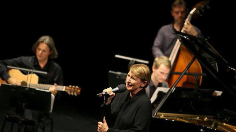 Photo of Dagmar Manzel singing on stage at the Frankfurt Opera