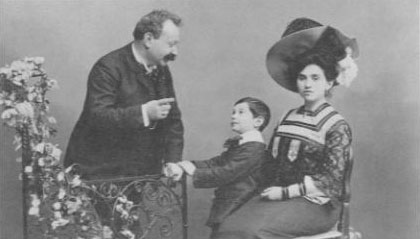 Photo of a very young Frederick Hollander and his parents